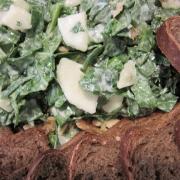 Salat mit Brot, Birnen und Spinat