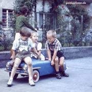 Kinder spielen mit Tretauto 50er
