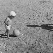 Kind, Fußball, Strand, 1950er