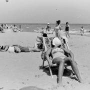 Sonnenbad am Meer 60er