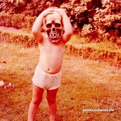Kind mit Maske