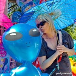 Frau, Alien, blau, Schirm, Kuss